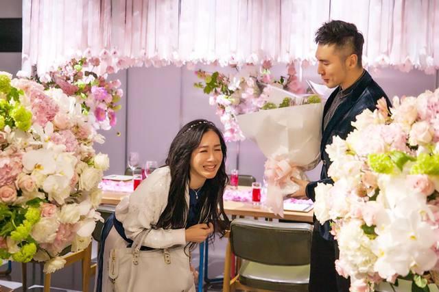 小老公浪漫鲜花庆周年 锺丽缇喜极而泣